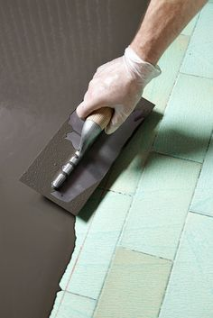 Relookez un sol de cuisine en carrelage en le couvrant de béton ciré, c'est facile ! On vous explique.