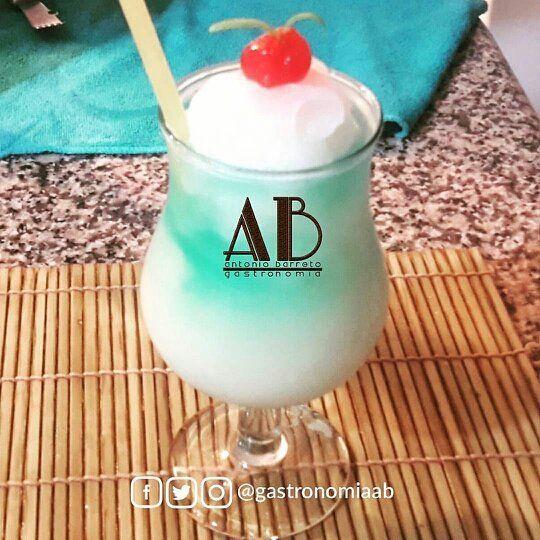 Aprende cócteleria junto a  @gastronomiaab y prepara los mejores tragos y cócteles.  Esto también fue parte de la tercera clase del intensivo de Coctelería.  Piña Colada Blue: con coco deshidratado y un concentrado especial de piña azul.  Síguelo:  @gastronomiaab  @gastronomiaab  @gastronomiaab.  #publicidad @publiciudadmcy.  #LicoresAB #coctel #cocteleria #bartender #ABgastronomía #maracay #chefs #drinkpic #mixologia #artesanal #publiciudadmcy #drinkporn #tragos #mixing #innovación…