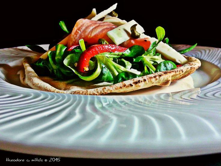 σαλάτα βαλεριάνα με μαριναρισμένο σολομό, ψητή πιπεριά και ντρέσινγκ από χαρουπόμελο