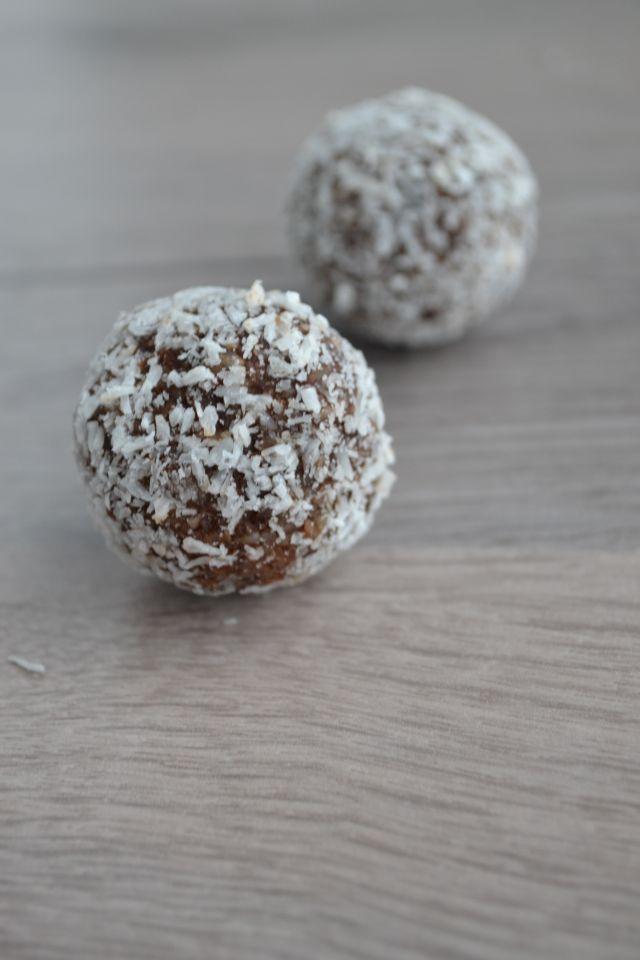 Als je even naar suiker verlangt, geven deze suikervrije bonbons een boost energie. De noten en kaneel vertragen de suikerpiek van de medjool dadels.