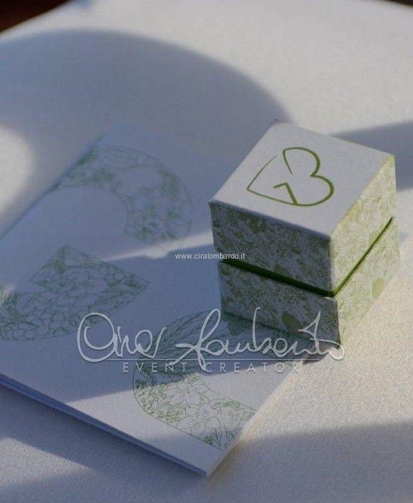 Matrimonio eco-chic. Elementi coordinati e armonizzati in ogni dettaglio.Libretto messa e scatolina portariso con logo degli sposi | Cira Lombardo Wedding Planner