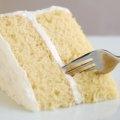 Esta riquísima receta de pastel de 3 leches es una versión muy simplificada con productos que puedes encontrar en el supermercado. La receta la puedes hacer con una cubierta de crema batida o de dulce leche.