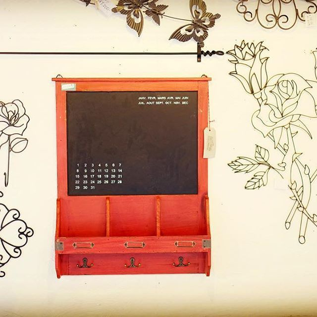 壁にワイヤークラフトをおしゃれに飾りました。ちょっとした伝言やメモが書ける黒板がついている小物入れです^^ * * #ワイヤークラフト #万年カレンダー #黒板 #カントリー好き  #カントリー家具 #大川家具 #オーダー家具 #アイディエフ #IDF #カントリー雑貨 #手作り #ハンドメイド家具 #木工品 #ガーデニング #家具通販 #雑貨通販 #木工 #ファニチャー #furniture #家具職人  #カメラ好きな人とつながりたい #写真好きな人とつながりたい #ファインダー越しの世界 #ファインダー越しの私の世界 #写真か撮ってる人とつながりたい #fujifilm #xt1 #x_series