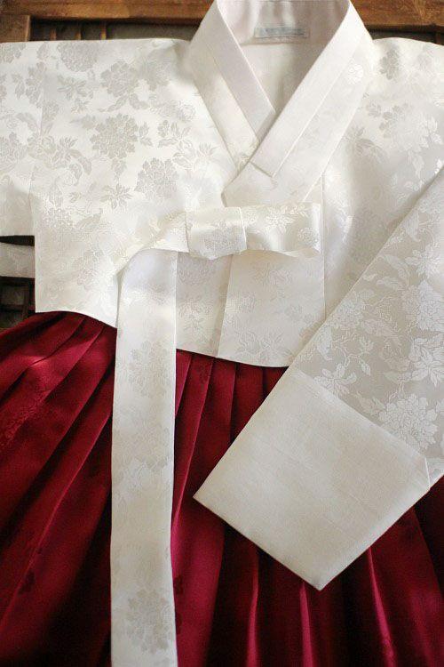아름다운 배우 이영애씨가 '대장금' 탄생 10주년이라는 뜻깊은 자리를 축하하기 위해 양단 흰저고리에 빨강...
