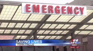 Sala de emergencias. Hay unas enfermeras y las camas.