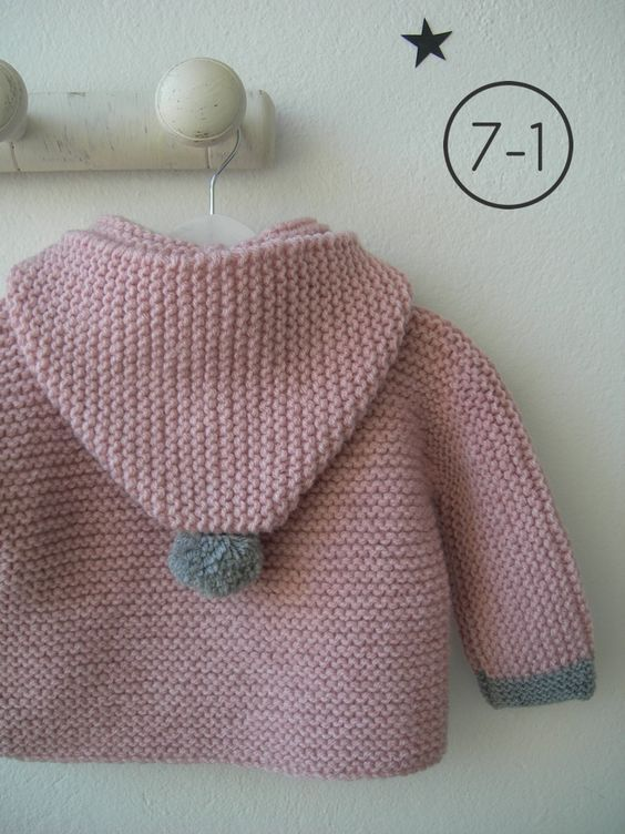 Cazadora para bebe hecho a punto bobo en rosa palo con capucha. Puños y pompón de capucha en gris plata y pompones de distintos colores en cremallera. Interior en lunares. http://www.libelulahandmade.com/:
