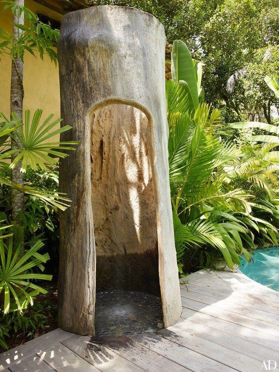 ducha de jardn integrada en el tronco de un rbol