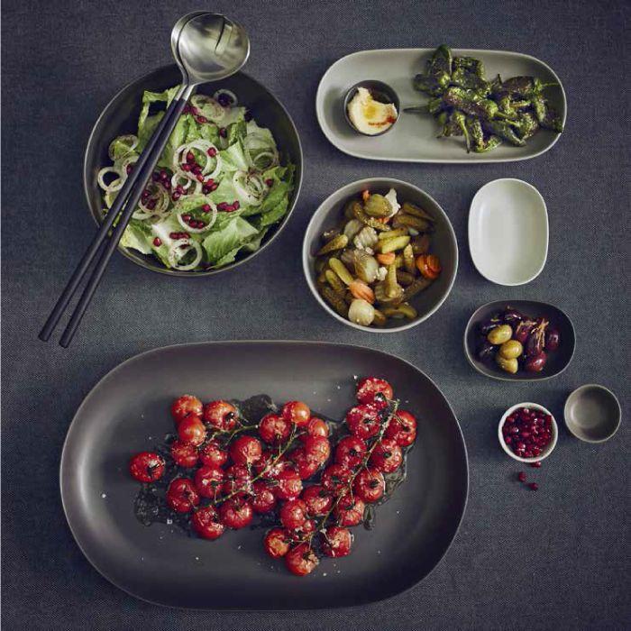 Le #ciotole e i #piatti della collezione #SITTNING hanno forme semplici e una finitura opaca in varie tonalità di grigio.