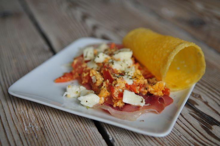 Roerei met tomaat, mozzarella en ham