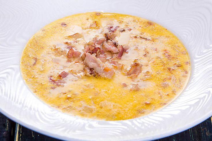 Сырный суп с беконом и чесночным багетом