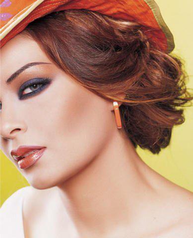 Одно из золотых правил: макияж никогда не исправляется, а выполняется заново.  Техника выполнение простого макияжа Простой макияж выполняется на лице овальной формы с пропорциональными чертами лица. Простой макияж может быть дневным или вечерним, выполняется в течении 30-40 минут.  Последовательность: 1. Очищение, освежение лица 2. Нанесение дневной защитный крем 3. Тонирование лица 4. Припудривание 5. Макияж глаз 6. Нанесение румян 7. Оформление губ.
