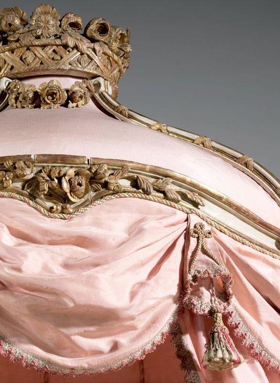 Beau lit à la polonaise. Epoque Louis XV. Photo Aguttes à chevets à crosse, en bois sculpté rechampi crème et doré, à...