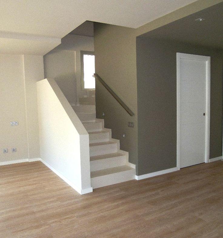 Escalera principal acceso habitaciones y estudio. Dos tonos. Peldaños en silestone