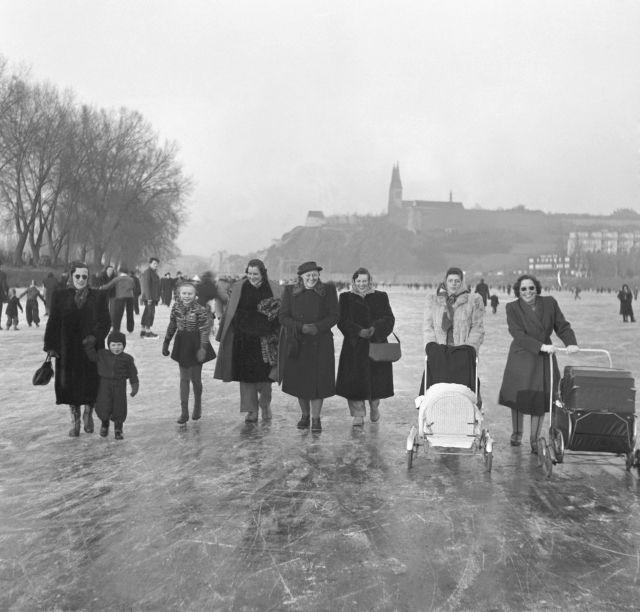 Roku 1950 vyrazily na zamrzlou Vltavu také matky s kočárky.