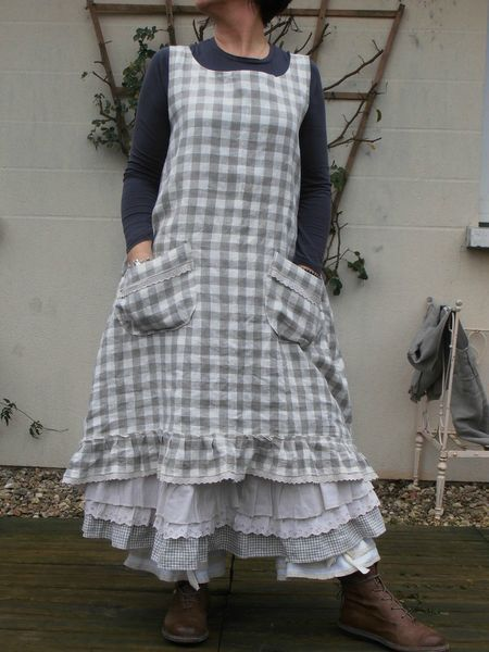 cute apron-love the large pockets and the ruffled petticoat underneath : )