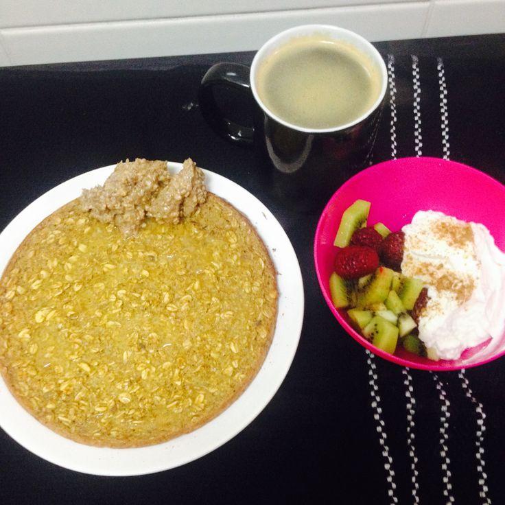 Mega panqueca de forno, flocos aveia grossos com leite aveia e 1 ovo (muita canela)! A acompanhar quark com kiwi e framboesa e ☕️