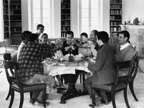 Patrick Leigh Femor compartiendo  un almuerzo con amigos en Kardamyli