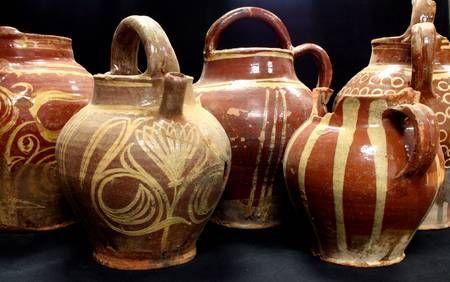 Ces grandes cruches de stockage aux décors variés sont très appréciées à la fin du XVIIIe siècle.
