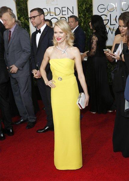 <P>Naomi Watts oogde lief in haar gele retrojurk. Maar het slangenjuweel gaf de outfit een stout accent. </P>