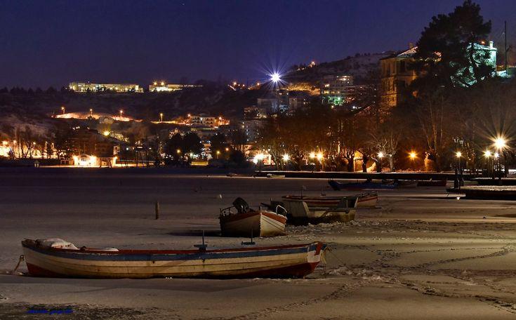 Το απέραντο γαλάζιο και τα φώτα της νύχτας αγκαλιάζουν το απέραντο λευκό της παγωμένης λίμνης.Η ...