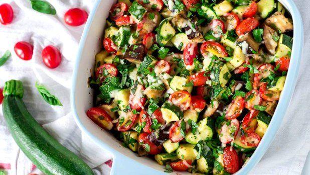 Zapečená letní zelenina je skvělé jídlo, které můžete podávat jako přílohu k masu nebo ho servírujte jako lehké hlavní jídlo například s kuskusem nebo čerstvým pečivem.
