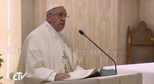 Il Papa: Dio ci salvi dallo spirito mondano che negozia tutto e dal pensiero unico