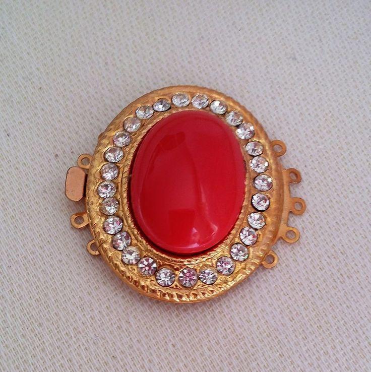 chiusura a 5 fili in metallo dorato,cabochon colore rosso e strass