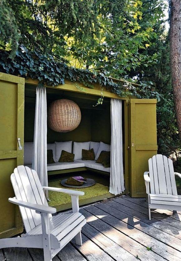 Une cabane confortable dans le jardin.