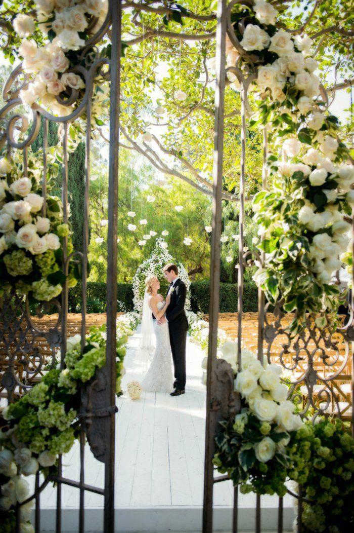 Mariage comme dans une conte de fée dans le jardin fleurie