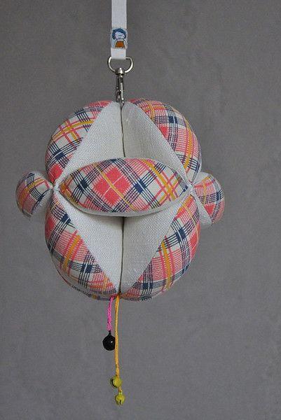 **TAKANE 2w1 - KARUZELA z dzwoneczkami i PIŁKA Puzzle Ball wykonana zgodnie z duchem metody Montessori.**  Idealna, ekologiczna zabawka dla niemowląt, które rozpoczynają rozwijać małą motorykę w...