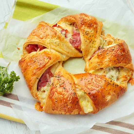 This cheese and ham pastry ring has only 3 ingredients and ready to eat in 20 minutes!!