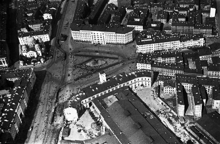 """Uprising Square, 1931. At the intersection of 25th of October Street and Ligovskii Prospekt, and bordering Moscow Station, October Hotel, and Znamenskii church. In the center is the monument to Tsar Alexander III. From a series of photos of Leningrad from the air, taken for the magazine """"USSR in Construction""""."""