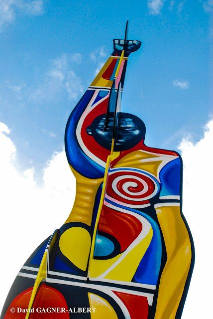Le monument est situé dans l'enceinte du stade de Dillon à Fort-de-France en Martinique. L'Homme Droit de l'artiste Claude Cauquil est un monument qui rend hommage à la lutte contre la ségrégation aux Etats-Unis. Il reprend le célèbre poing levé des athlètes Américains Tommie Smith et John Carlos aux jeux Olympique de Mexico en 1968.