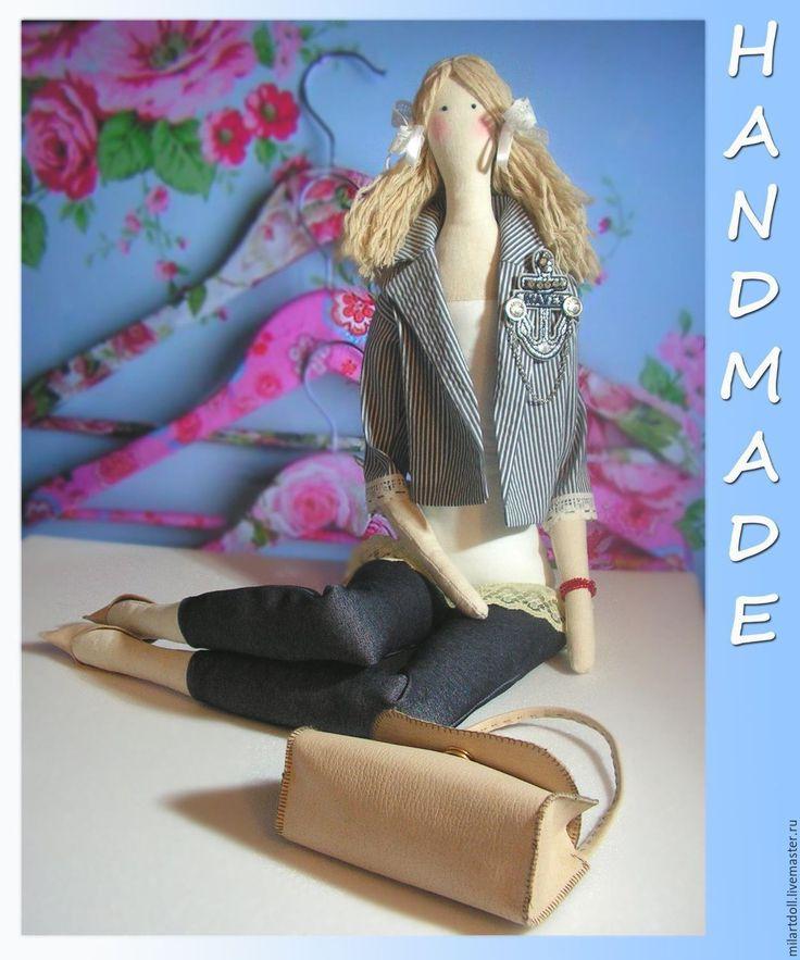 Купить или заказать Кукла Тильда в современном морском стиле в интернет-магазине на Ярмарке Мастеров. Кукла Тильда - стройная блондинка в современных одеждах в морском стиле - прекрасно усаживается на полке или кровати. Ножки можно класть одну на другую, колени сгибаются. Кукла большая - ростом около 70 см. На этой кукле я училась шить игрушки, поэтому могут быть небольшие огрехи). Кукла мягкая. Глазки вышиты. Волосы можно укладывать по-разному. Туфельки снимаются, сумка…