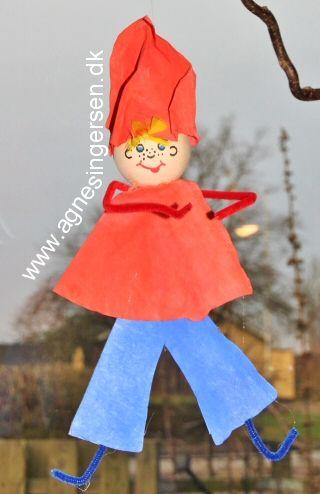 Nissedrengen er i familie med nissepigen som jeg linkede til i går smile-humørikon smile-humørikon  Her er de lige stødt på hinanden, det er sikkert på bloggen, for han er lige netop landet der smile-humørikon Husk at give mig noget credit når du bruger mine ideer.  Her finder du vejledningen til nissedrengen:  http://agnesingersen.dk/blog/nissedreng15  Easy kids crafts - Kinderbastelideen - Christmas - Weihnachten -  easy kids craft coffie filter