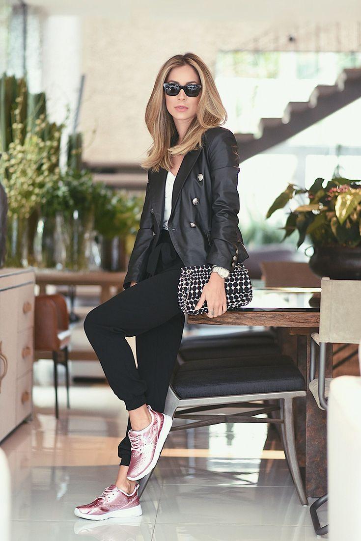 Look casual de Helena Lunardelli: calça esportiva com camiseta, jaqueta de couro e o tênis da linha Happy, de couro metalizado rosé