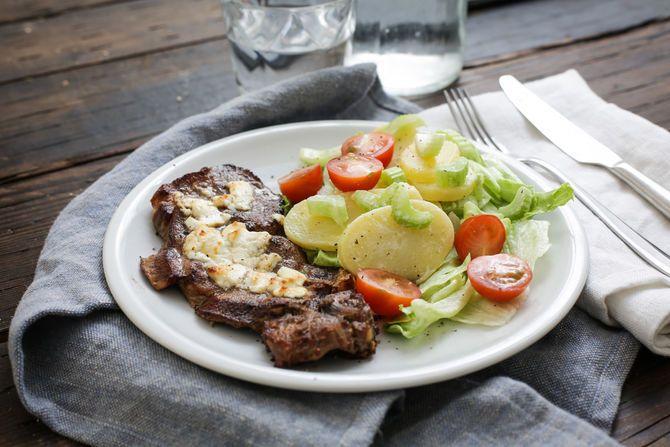 Aardappelsalade en karbonade met geitenkaas.