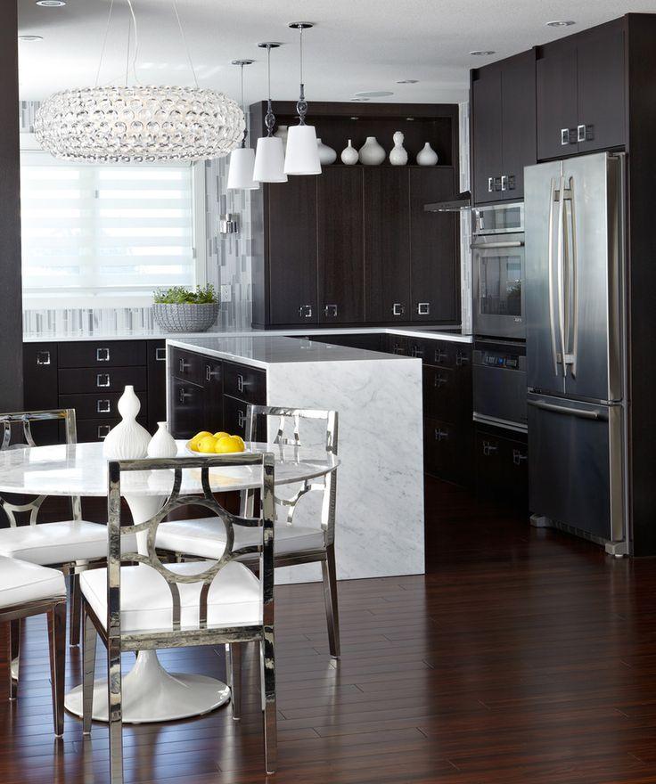 Хрустальная люстра, изящная мебель столовой делают интерьер кухни роскошным.