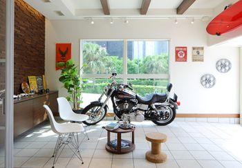 大型バイクもこのとおり。ガレージや外に大事なバイクを置いておき、もしもの盗難や錆からの不安からも開放され、更にはいつでも眺められて目の保養にもなる「おうちガレージ」としての使い方も。