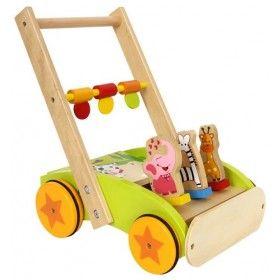 S týmto farebne nalakovaným vozíkom z bukového dreva a preglejky získajú i tie najmenšie deti cit pre rovnováhu. Každá jazda na drevenom didaktickom vozíku Zvierací sprievod je zábavnejšia, keď sa na na ňom 3 malé zvieratká pohybujú! 3 otočné prvky na stabilizačnej paličke podnecujú deti, aby sa držali len jednou rukou, a tým si naviac trénovali rovnováhu. Kolieska majú gumové obloženie pre tichú jazdu.