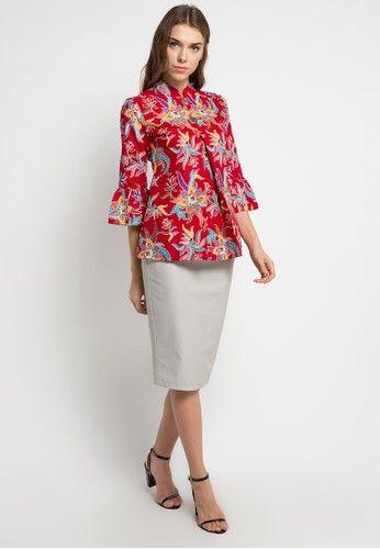Blouse batik print detail lipit dan faux wooden buttons- Warna merah- Kerah  mandarin- Unlined- Regular fit- Resleting belakang- Material katun  primisima- ...