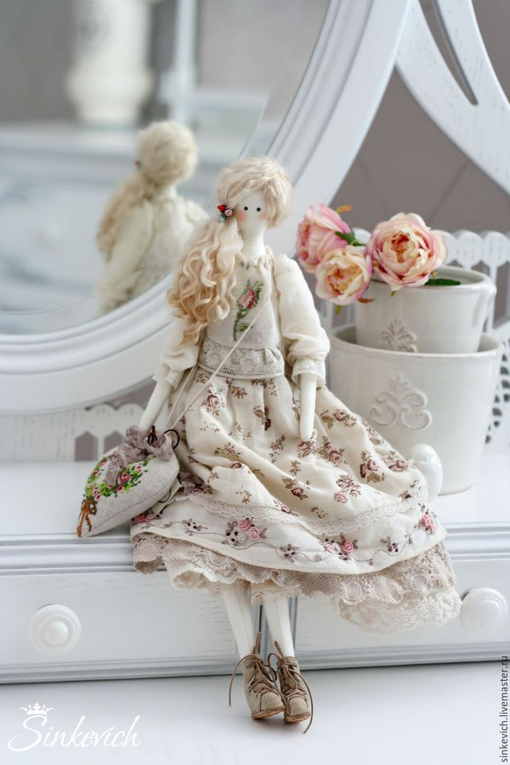 Купить или заказать Лорейн в интернет-магазине на Ярмарке Мастеров. Лорейн - текстильная куколка в стиле Тильда. Одна из нижних юбочек вышита в технике рококо розами, которые красиво сочитаются с принтом основной юбки. На блузе - вышитый бутон розы крестиком. В сердечке-подвеске ароматные травы...