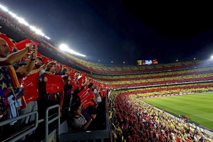 Aficionados muestran un mosaico con los colores de la bandera catalana antes del inicio del partido entre el Barcelona y el Real Madrid