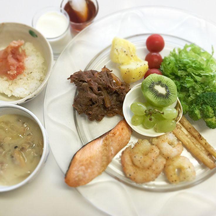 """Dr. Yumi Nishiyama's """"The Original Diet Plate"""" for beauty & health from japanese doctor‼️  Clockwise eating healthy foods from 12 o'clock on a large plate❣️  2016年4月18日の「ドクターにしやま由美式時計回り食べダイエットプレート」:女性医師が栄養バランスを考えた、美味しいプレートのご紹介。  大きめのプレートに、血糖値を急激に上げないように考えた食材を並べ、12時の位置から順番に食べるとても分かり易い方法です。  血糖値を上げないこの食べ方は、身体に優しく栄養補給ができるので健康を維持できます。オリジナルの⭐️西山酵素⭐️も最後に飲みます。  ⭐️美女のスイッチ⭐️⭐️時計周りに食べなさい⭐️の西山由美医師の本もAmazonで購入可。  http://www.momohime-medical.com  #ダイエットプレート #dietplate #にしやま由美がセミナーも開催 #食べて痩せるプレート…"""