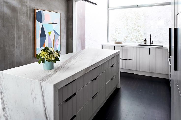 Who says art doesn't belong in a kitchen? This stunning piece by @louisedewegerartist adds a bold pop of colour to our contemporary @fisherpaykelau kitchen (see the integrated Double Dish drawer under the sink?) All @thestyleschool images for this space are on #rebeccajuddloves now! Marble: @wk_quantumquartz Cabinets: @verna_kitchen_components Tap: @meiraustralia Sink: @reecebathrooms Handles: @mademeasure Paint on cabinets: @duluxaus dieaskau Accessories: @countryroad Flowers…