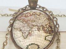 Collana con cartina geografica