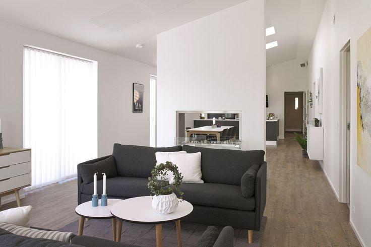 Hyggelig stue i moderne stil med gennemgående biopejs.