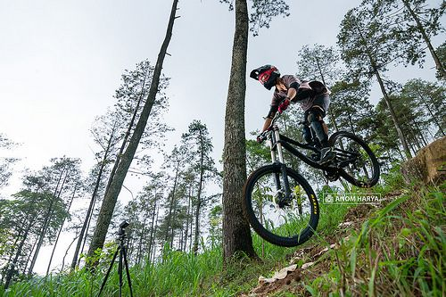 [VIDEO] Asyiknya Main Downhill di Pacet