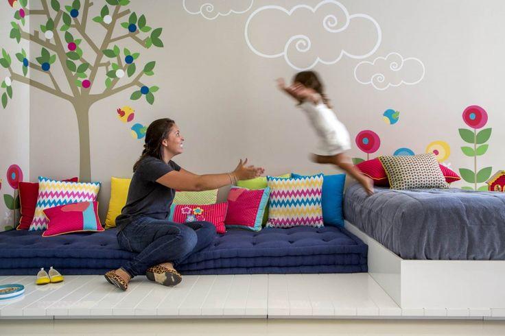 Praticamente um playground particular, o quartão de JULIA de 2 anos, em uma casa na Barra da Tijuca, tem árvore, flor, nuvem e diversão de sobra.   Fotos: André Nazareth