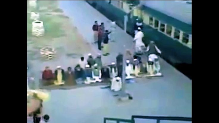 Muzułmanie modlą się na stacji kolejowej...